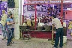 Παντοπώλης σε ένα τμήμα παντοπωλείων ανατολικό στο bazaar, Kashan, IR στοκ εικόνα με δικαίωμα ελεύθερης χρήσης