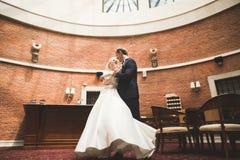 Παντρεμένη πολυτέλεια τοποθέτηση γαμήλιων ζευγών, νυφών και νεόνυμφων στην παλαιά πόλη Στοκ φωτογραφίες με δικαίωμα ελεύθερης χρήσης