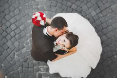 Παντρεμένη πολυτέλεια τοποθέτηση γαμήλιων ζευγών, νυφών και νεόνυμφων στην παλαιά πόλη Στοκ Εικόνα