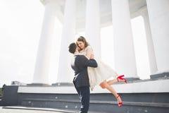 Παντρεμένη πολυτέλεια τοποθέτηση γαμήλιων ζευγών, νυφών και νεόνυμφων στην παλαιά πόλη Στοκ Φωτογραφίες