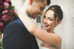 Παντρεμένη πολυτέλεια τοποθέτηση γαμήλιων ζευγών, νυφών και νεόνυμφων στην παλαιά πόλη Στοκ Φωτογραφία