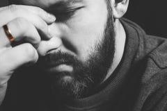 Παντρεμένο δαχτυλίδι σε ένα ανθρώπινο δάχτυλο Λυπημένο πορτρέτο ενός ατόμου που κρατά το κεφάλι του οικογενειακές προβλήματα, απο στοκ εικόνα με δικαίωμα ελεύθερης χρήσης
