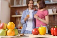 Παντρεμένο ζευγάρι με τα υγιή τρόφιμα στην κουζίνα Στοκ Φωτογραφίες
