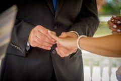 Παντρεμένο ζευγάρι που ανταλλάσσει τα γαμήλια δαχτυλίδια στοκ φωτογραφία με δικαίωμα ελεύθερης χρήσης
