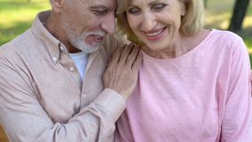 Παντρεμένο ζευγάρι που απολαμβάνει την υπαίθρια ημερομηνία, που γελά μαζί, στενότητα σχέσης στοκ φωτογραφία με δικαίωμα ελεύθερης χρήσης