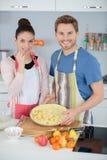 Παντρεμένο ζευγάρι που κατασκευάζει την πίτα μήλων στην κουζίνα Στοκ φωτογραφίες με δικαίωμα ελεύθερης χρήσης