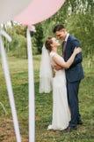 Παντρεμένο ζευγάρι που χορεύει μεταξύ των δέντρων και των μπαλονιών ιτιών Στοκ εικόνες με δικαίωμα ελεύθερης χρήσης