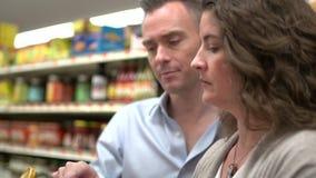 Παντρεμένο ζευγάρι που ψωνίζει για τα παντοπωλεία (2 9) απόθεμα βίντεο