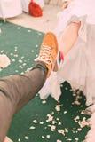 Παντρεμένο ζευγάρι στα plimsolls στον πράσινο τάπητα Στοκ εικόνες με δικαίωμα ελεύθερης χρήσης