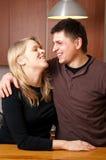 Παντρεμένο ζευγάρι στην κουζίνα Στοκ φωτογραφία με δικαίωμα ελεύθερης χρήσης
