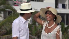 Παντρεμένο ζευγάρι στις θερινές διακοπές απόθεμα βίντεο