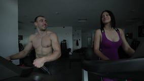 Παντρεμένο ζευγάρι treadmill στη γυμναστική απόθεμα βίντεο