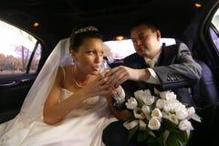 παντρεμένο πρόσφατα ζευγά&rh Στοκ φωτογραφία με δικαίωμα ελεύθερης χρήσης
