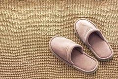 Παντόφλες δωματίων σε μια μαλακή κουβέρτα στοκ φωτογραφίες