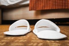 Παντόφλες στο δωμάτιο ξενοδοχείου ή στο δωμάτιο του σπιτιού Στοκ Εικόνες