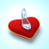 Παντόφλα γυαλιού Cinderella στη τοπ άποψη μαξιλαριών καρδιών Στοκ Εικόνα