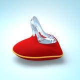 Παντόφλα γυαλιού Cinderella στο μαξιλάρι καρδιών που αφήνεται την άποψη Στοκ Εικόνες