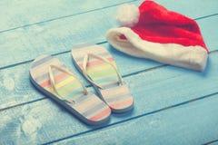 Παντόφλες και καπέλο Χριστουγέννων στοκ φωτογραφία με δικαίωμα ελεύθερης χρήσης