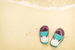 παντόφλες στην τροπική παραλία στο summe Στοκ Εικόνες