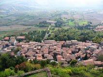 Πανόραμα άνωθεν ενός χαρακτηριστικού χωριού του Val δ ` Orcia στο νότο της Τοσκάνης Ιταλία στοκ εικόνα