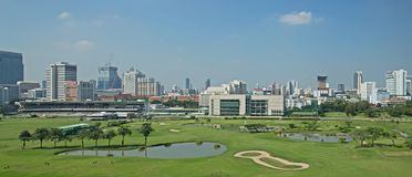 Πανόραμα άποψης γηπέδων του γκολφ με τον πράσινο τομέα χλόης και πράσινο φρέσκο στοκ εικόνες με δικαίωμα ελεύθερης χρήσης