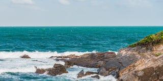 Πανόραμα ακρών απότομων βράχων παραλιών τραχιάς θάλασσας του Τρινιδάδ και Τομπάγκο Δυτικές Ινδίες Toco Στοκ Εικόνα