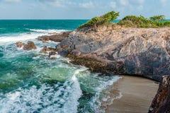 Πανόραμα ακρών απότομων βράχων παραλιών τραχιάς θάλασσας του Τρινιδάδ και Τομπάγκο Δυτικές Ινδίες Toco Στοκ Φωτογραφίες