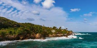 Πανόραμα ακρών απότομων βράχων παραλιών τραχιάς θάλασσας του Τρινιδάδ και Τομπάγκο Δυτικές Ινδίες Toco Στοκ εικόνα με δικαίωμα ελεύθερης χρήσης