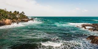 Πανόραμα ακρών απότομων βράχων παραλιών τραχιάς θάλασσας του Τρινιδάδ και Τομπάγκο Δυτικές Ινδίες Toco Στοκ Εικόνες