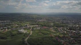 Πανόραμα από μια άποψη ματιών πουλιών ` s Κεντρική Ευρώπη: Η πολωνική πόλη Jaslo βρίσκεται μεταξύ των πράσινων λόφων κλίμα συγκρα απόθεμα βίντεο