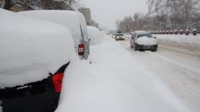 Πανόραμα από τις πεσμένες κοιμισμένες μηχανές χιονιού στα περιθώρια απόθεμα βίντεο