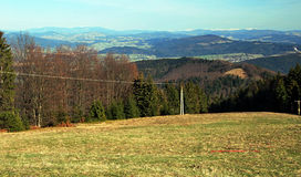 Πανόραμα από το λιβάδι κοντά στο λόφο Kozubova στα πρόωρα βουνά Moravskoslezske Beskydy άνοιξη Στοκ εικόνα με δικαίωμα ελεύθερης χρήσης
