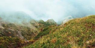 Πανόραμα βουνών με την ομίχλη Στοκ Φωτογραφία