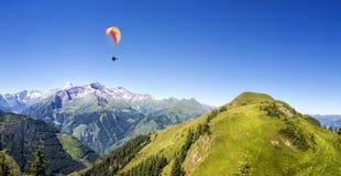 Πανόραμα βουνών με το ανεμόπτερο Στοκ εικόνα με δικαίωμα ελεύθερης χρήσης