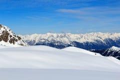 Πανόραμα βουνών με το χιόνι και το μπλε ουρανό το χειμώνα στις Άλπεις Stubai Στοκ φωτογραφία με δικαίωμα ελεύθερης χρήσης