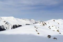 Πανόραμα βουνών με το χιόνι, τα δέντρα και το μπλε ουρανό το χειμώνα στις Άλπεις Stubai Στοκ εικόνες με δικαίωμα ελεύθερης χρήσης