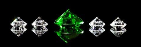 Πανόραμα, διαμάντια και μια πράσινη σμάραγδος μπροστά από το μαύρο υπόβαθρο στοκ φωτογραφία με δικαίωμα ελεύθερης χρήσης