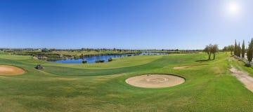 Πανόραμα ενός γηπέδου του γκολφ την ηλιόλουστη ημέρα στοκ εικόνα με δικαίωμα ελεύθερης χρήσης