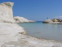 Πανόραμα ενός μικρού κολπίσκου με τους άσπρους βράχους φεγγαριών του νησιού της Μήλου στην Ελλάδα στοκ εικόνα