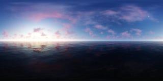 Πανόραμα ενός μπλε ουρανού με τα ρόδινα σύννεφα στον ωκεανό ελεύθερη απεικόνιση δικαιώματος