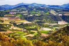 Πανόραμα επαρχίας με τα αγροκτήματα και τα σπίτια και τους καλλιεργημένους τομείς στοκ φωτογραφίες