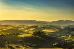 Πανόραμα επαρχίας της Τοσκάνης, κυλώντας λόφοι και τομείς στα sunris στοκ φωτογραφία