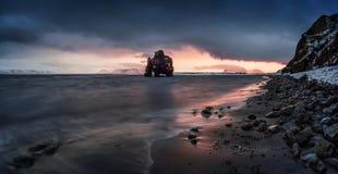 Πανόραμα ηλιοβασιλέματος Hvitserkur Στοκ Εικόνες