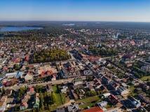 Πανόραμα κηφήνων πόλεων - σπίτια, λίμνες, δασική εναέρια άποψη στοκ εικόνα