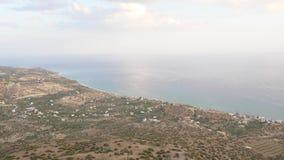 Πανόραμα κοιλάδων και θάλασσας από την κορυφή βουνών, Κρήτη, Ελλάδα φιλμ μικρού μήκους