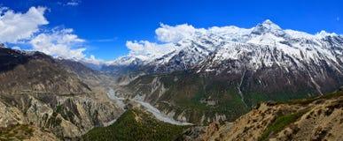Πανόραμα κοιλάδων ποταμών βουνών των Ιμαλαίων στη σειρά Annapurna στοκ εικόνες