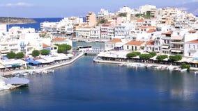 Πανόραμα λιμνών και εικονικής παράστασης πόλης του Άγιου Νικολάου, Κρήτη απόθεμα βίντεο