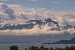 Πανόραμα με τη λίμνη και τα βουνά Στοκ Εικόνα