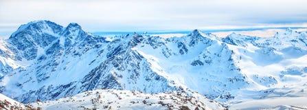 Πανόραμα με τη σειρά των αιχμών βουνών Στοκ Εικόνα