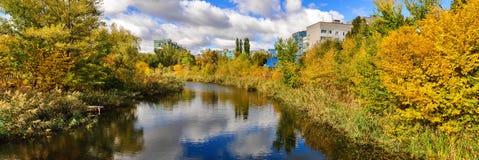 Πανόραμα με τις απόψεις ποταμών, πόλεων και πάρκων μπλε δέντρα ουρανού τοπίων φυλλώματος πόλεων φθινοπώρου κίτρινα Στοκ Φωτογραφίες